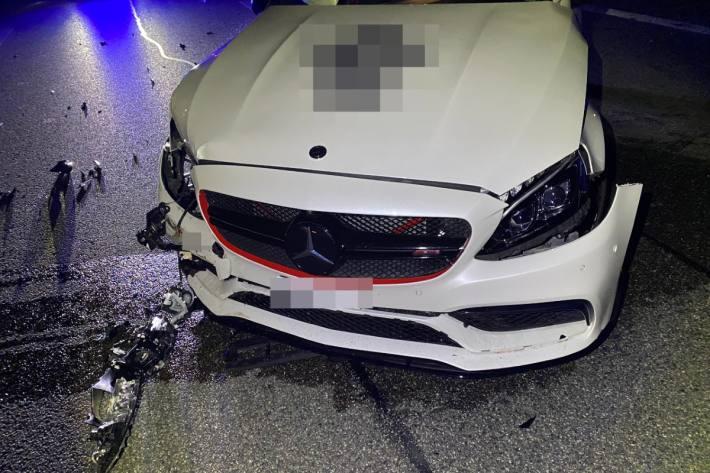 In Würenlos AG hat gestern ein Autolenker die Kontrolle über seinen Mercedes verloren.