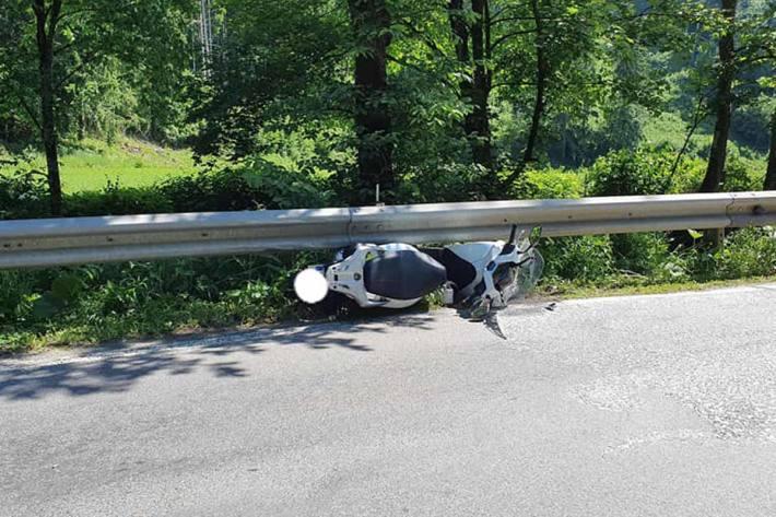 Der Lenker schlitterte unter der Leitschiene hindurch in den angrenzenden Görtschitzbach