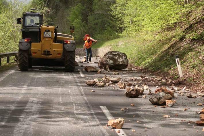 Instabile Gesteinsblöcke sowie das abgestürzte Gestein wurde mit Hilfe eines Teleskop-Laders der Gemeinde Radmer entfernt