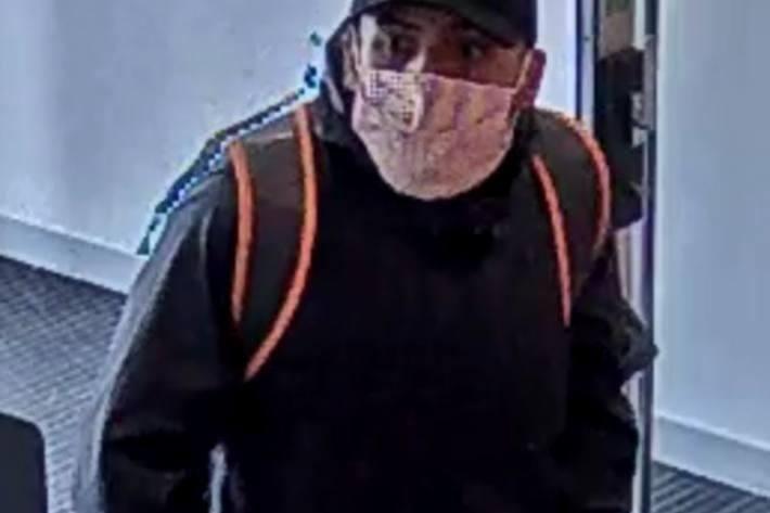 In La Sarraz VD hat dieser Unbekannte eine Raiffeisenbank und einen Coop überfallen.