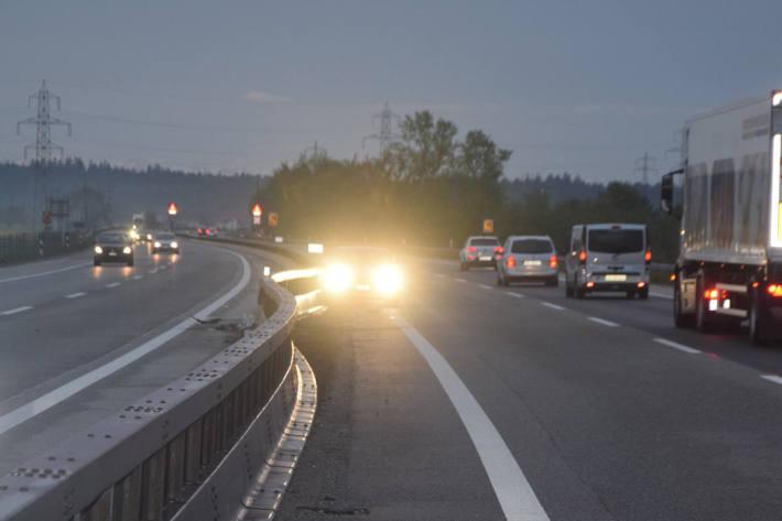 Auto steht nach Selbstunfall verkehrt auf der Fahrbahn