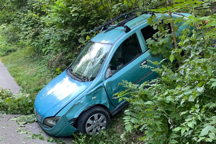 Parkiertes Auto rollt über Böschung
