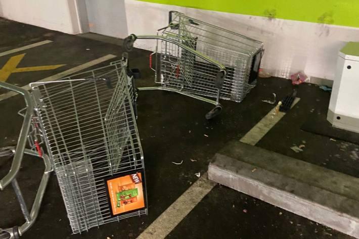 In St.Gallen wurden Einkaufswagen, Glasscheiben sowie Absperrpfosten beschädigt