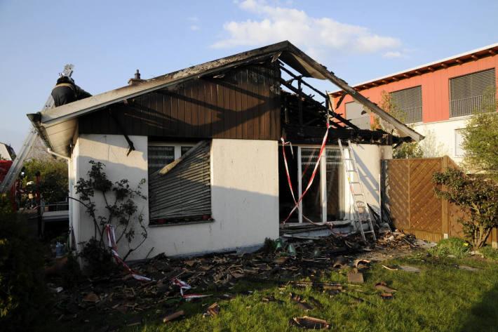 Dachstockbrand erfordert Feuerwehreinsatz in Ettingen BL