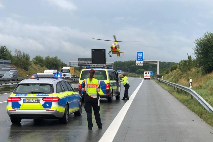 Kleinwagen gerät auf der A1 ins Schleudern und kippt um
