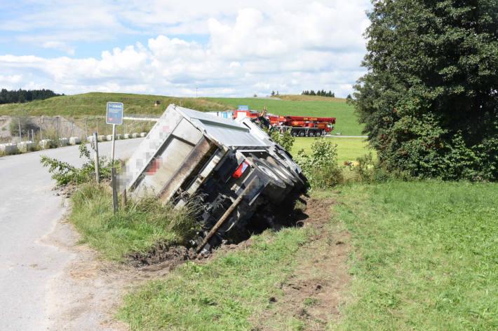 Lastwagen umgekippt bei Waldkirch SG