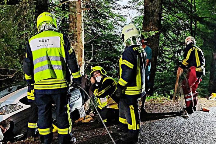 Gestern ereignete sich in Götzis, Meschach ein Verkehrsunfall, bei dem ein Kleintransporter ca. 5 Meter in steiles Waldgelände abstürzte