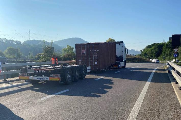 Sattelschlepper verliert Ladung – Autobahnausfahrt der A2 gesperrt