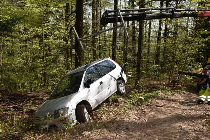 Bergung des verunfallten Fahrzeugs im Wald bei Balm b. Günsberg