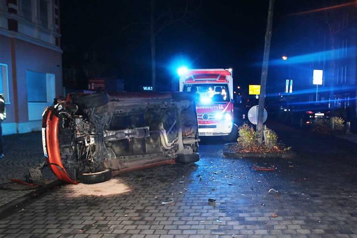 Frau ist in Hennef vermutlich aufgrund unangepasster Geschwindigkeit mit dem Vorderreifen an die Bordsteinkante einer Verkehrsinsel geraten und verlor die Kontrolle über das Fahrzeug
