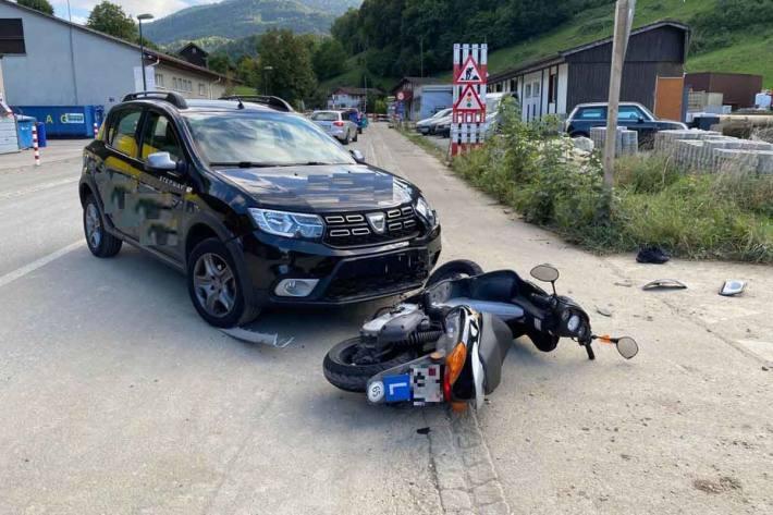 Kollision zwischen Personenwagen und Roller in Reigoldswil