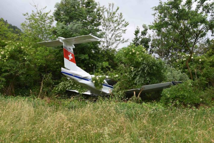 Kleinflugzeug über Landebahn hinausgefahren