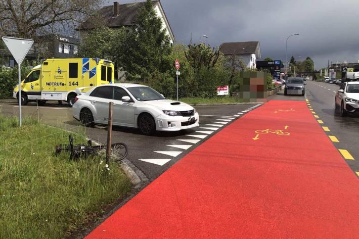 Verletzte Person nach Unfall zwischen Auto und E-Bike in Bronschhofen