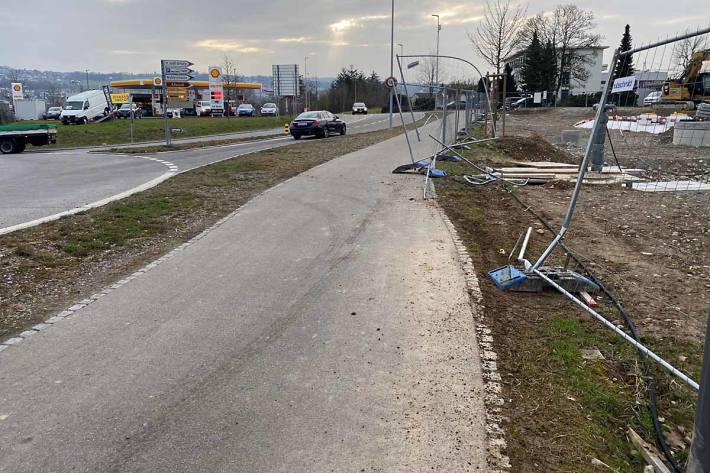 Ein Automobilist rammte zwischen Wohlen und Bremgarten mehrere Pfosten und prallte dann noch gegen einen Baustellenzaun