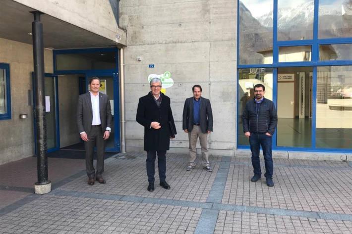 Von rechts nach links: Manuel Atanes, Schulleiter, Arno Zanetti, Schulinspektor, Dr. Jon Domenic Parolini, Regierungsrat und Alessandro Della Vedova, Standespräsident