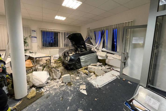 Pkw fährt ungebremst in Firmengebäude