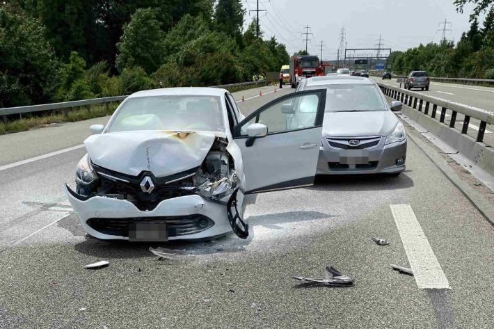 Drei Personen verletzten sich leicht.