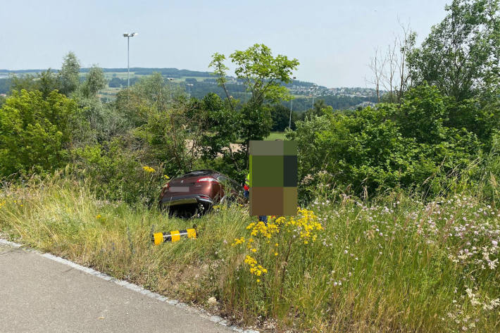 Kontrolle verloren und Peugeot Abhang hinunter gestürzt bei Bremgarten