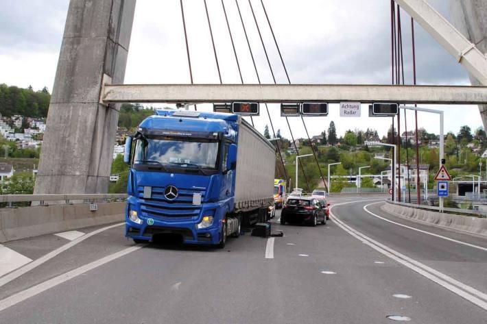 Während der Unfallaufnahme musste die A4-Tangente in beide Fahrtrichtungen für eine Stunde gesperrt werden