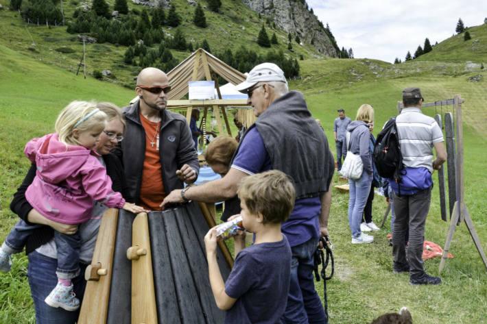 Besucher im Felsenfest-Klanggarten