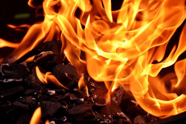 Zwei Nachbarn entdeckten in Salzburg das Feuer, konnten es mithilfe eines Gartenschlauches eindämmen (Symbolbild)