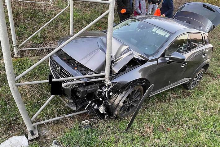 Während eines Überholvorgangs touchierte ein vermutlich schwarzer SUV den in Richtung Kaiserslautern fahrenden Pkw einer 26 jährigen