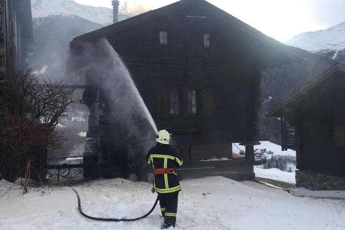 Die Feuerwehr verhinderte ein Übergreifen der Flammen auf weitere Gebäude.