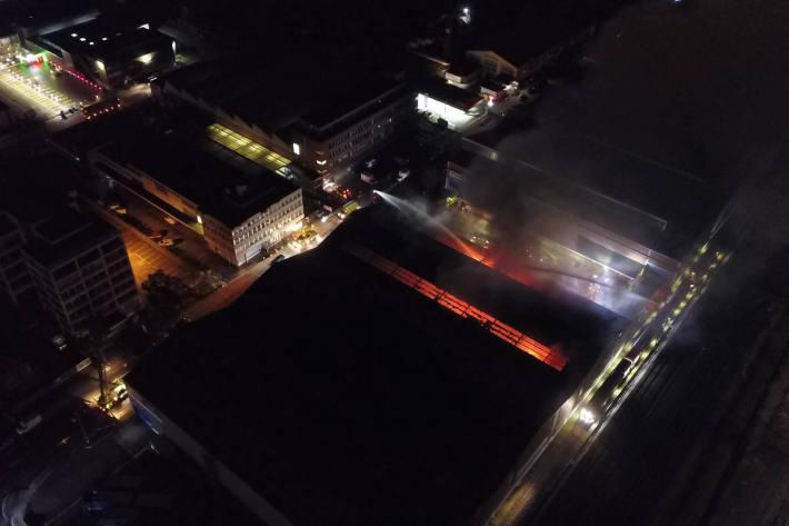 Luftaufnahme der brennenden Lagerhalle