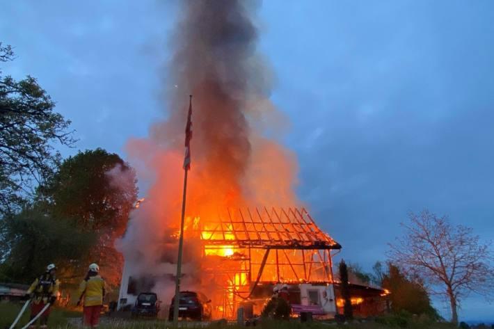 Ein Bauernhaus wurde heute in Schönenberg ZH vollständig von den Flammen zerstört.