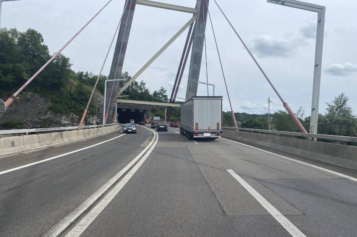 Verkehrsunfall zwischen Lastwagen und Auto auf der A4 in Schaffhausen