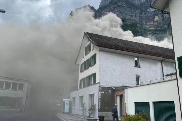 dicke Rauchschwaden in Netstal