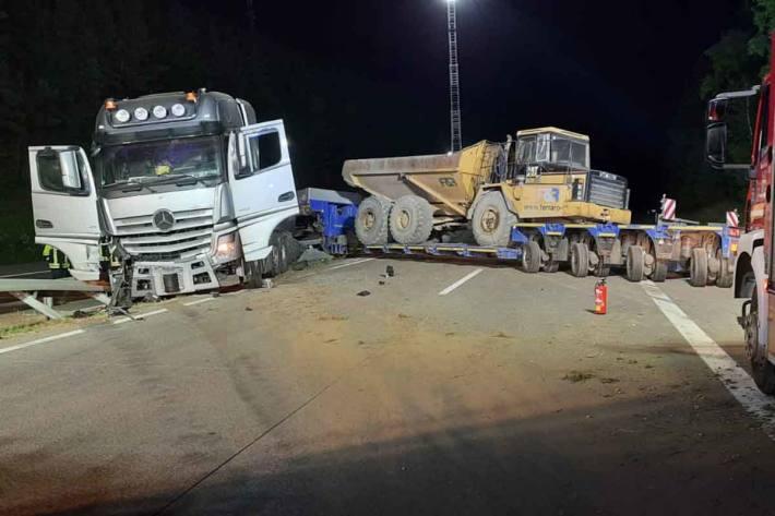 Unfall unter Beteiligung eines Schwertransportes auf der A1 in Mehring