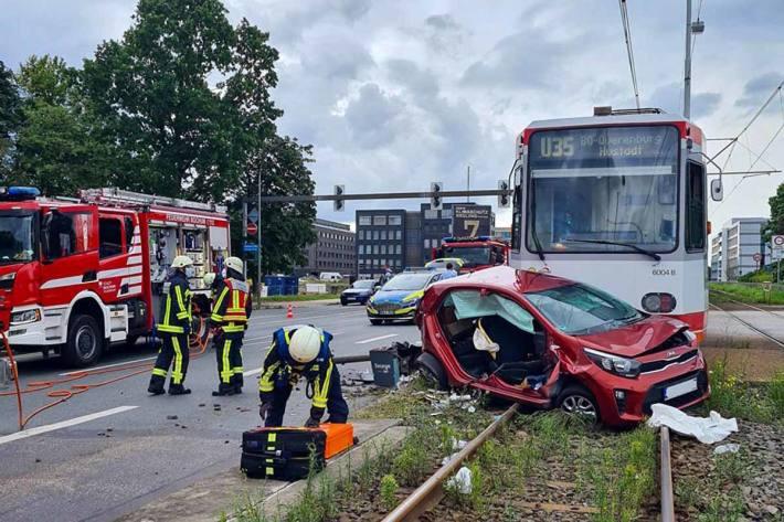 Feuerwehr befreit schwer verletzten Fahrer in Bochum