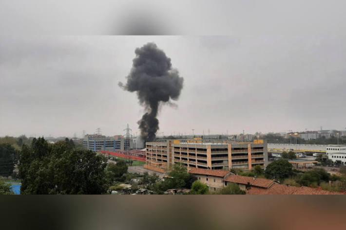 Flugzeug stürzt in Mailand in Gebäude – 8 Tote
