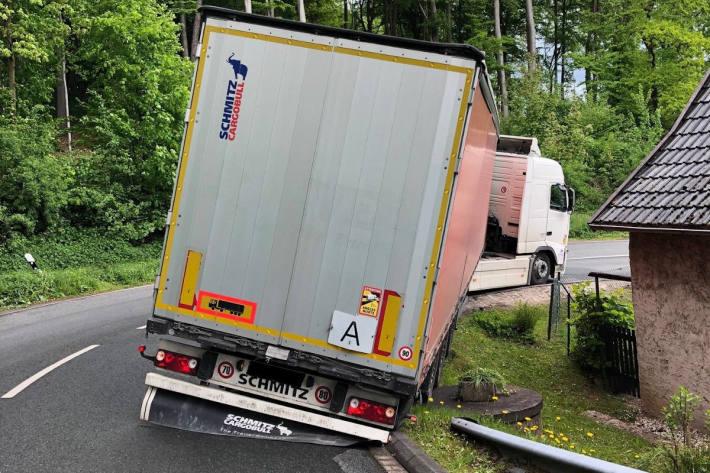 LKW muss nach Unfall mit Kran geborgen werden