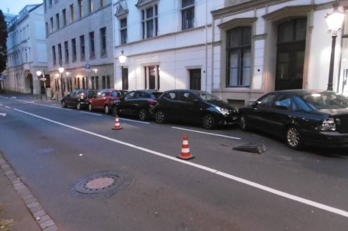 In Bonn hat ein Autolenker mehrere Autos beschädigt und ist davongefahren.