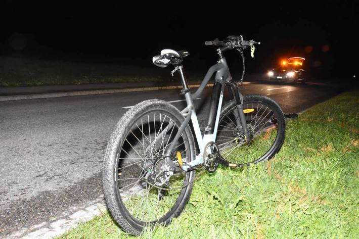 Auto kollidiert mit E-Bike in Wolfertswil