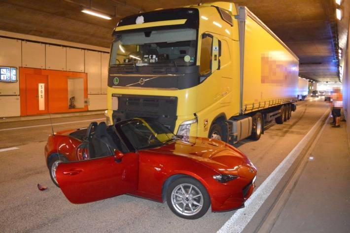 In Hergiswil NW wurde gestern ein Cabriolet von einem Lastwagen erfasst.