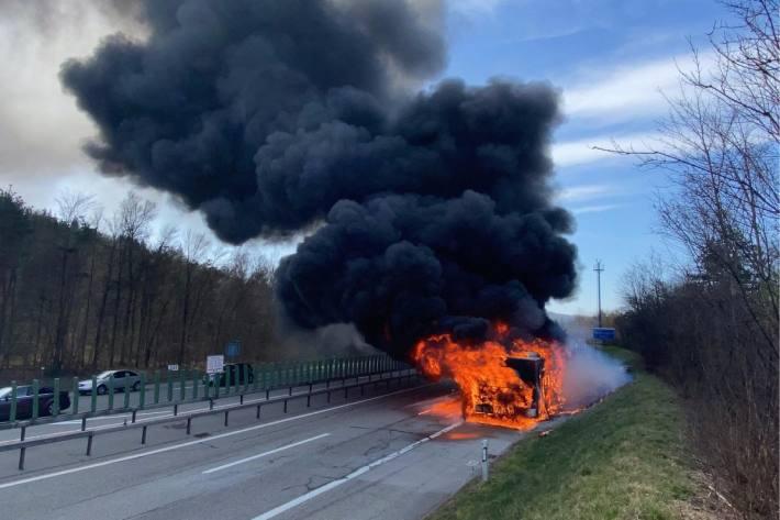 Ein Gelenkbus brannte heute bei Winterthur ZH auf der Autobahn A1.