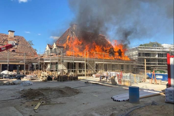 Der Dachstock einer Villa brannte heute in Allschwil BL.