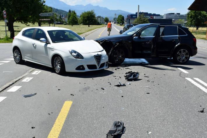 Zwei Kinder bei Kollision zwischen zwei Personenwagen leicht verletzt