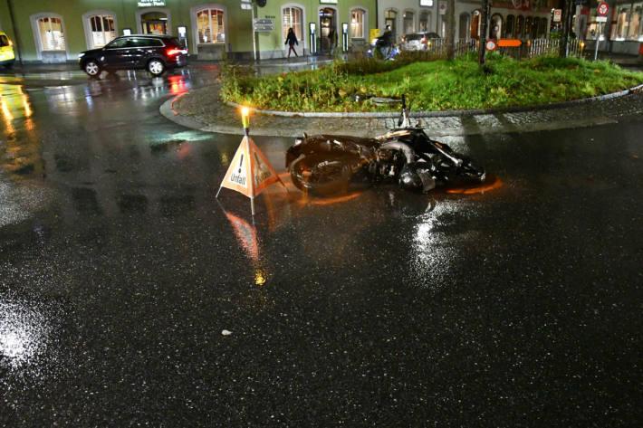 Der Rollerfahrer verletzte sich.
