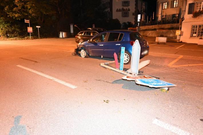 In Werdenberg SG ist ein Autolenker über eine Verkehrsinsel gefahren.