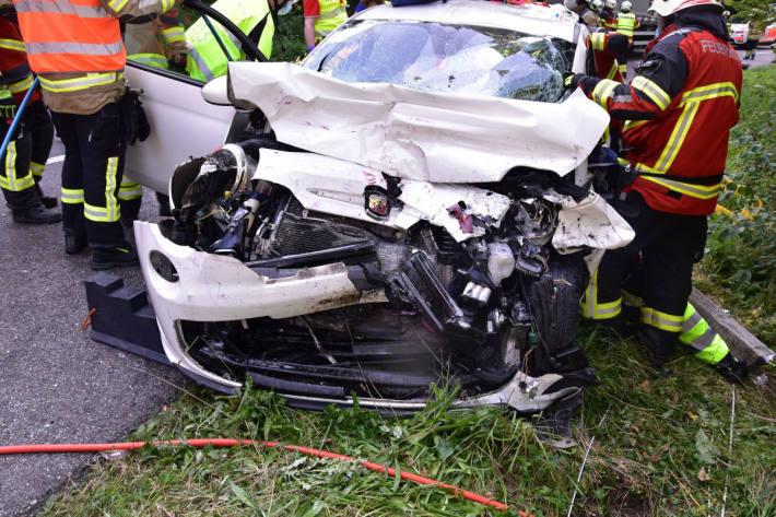 Frontalkollision zwischen Auto und Sattelmotorfahrzeug fordert zwei verletzte Personen – REGA im Einsatz