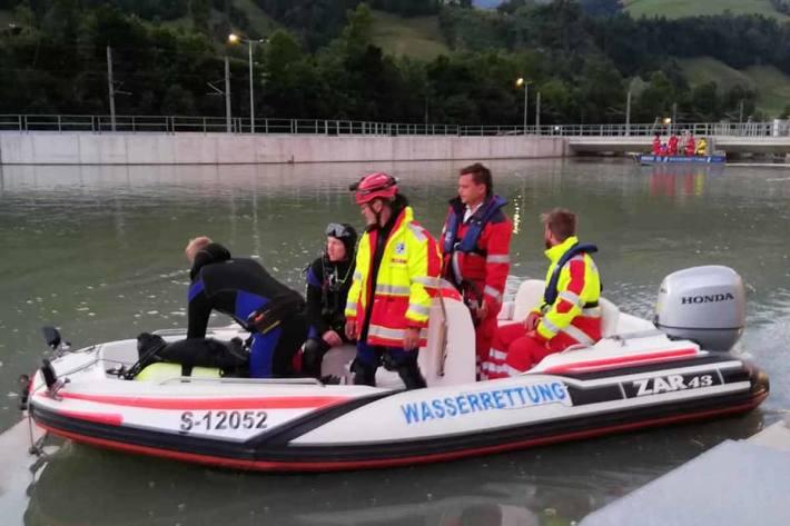 Mit Sonarbooten und Tauchern wurde wieder nach dem vermissten Buben in Bruck gesucht