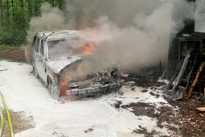 Ein Auto brannte heute in Neunkirch komplett aus.