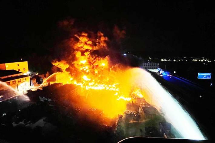 Bei der ersten Lagefeststellung wurde eine brennende Fläche von ca. 1600 Quadratmeter in Bochum festgestellt