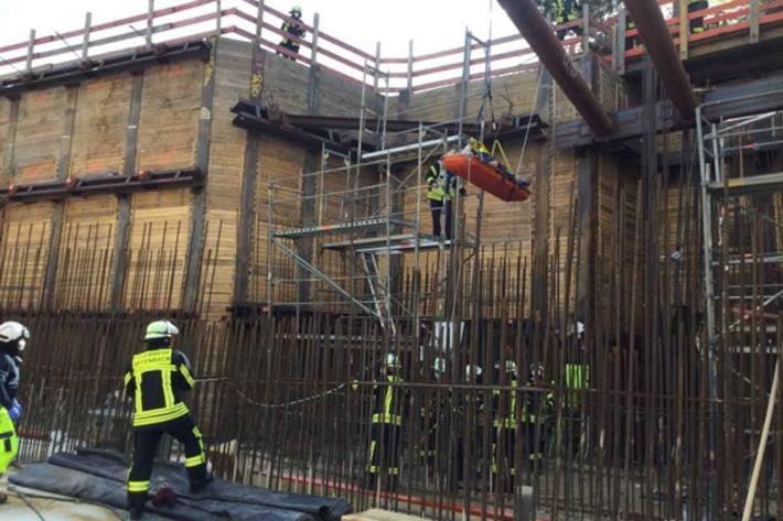 Auf einer Trage liegend wurde der Bauarbeiter mittels Baukran aus der Baustelle in Bonn herausgehoben