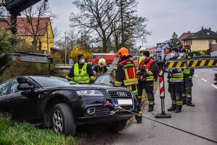 Unmittelbar nach Eintreffen am Berufungsort wurde die Unfallstelle großzügig abgesichert, sowie der Wagen mit einem Spanngurt gegen ein Abrutschen in den Teich gesichert