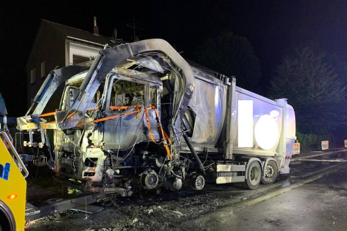 Brennender Müllwagen beschäftigt Feuerwehr in Wetter (Ruhr)